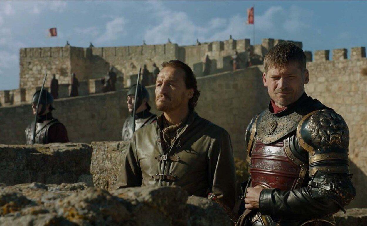 Jaime Lannister y Bronn del Aguasnegras con el castillo de Trujillo de fondo en la serie 'Juego de Tronos'