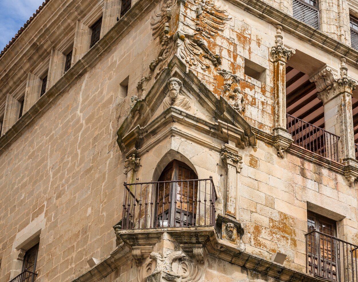 Fachada del Palacio de la Conquista con su característico balcón