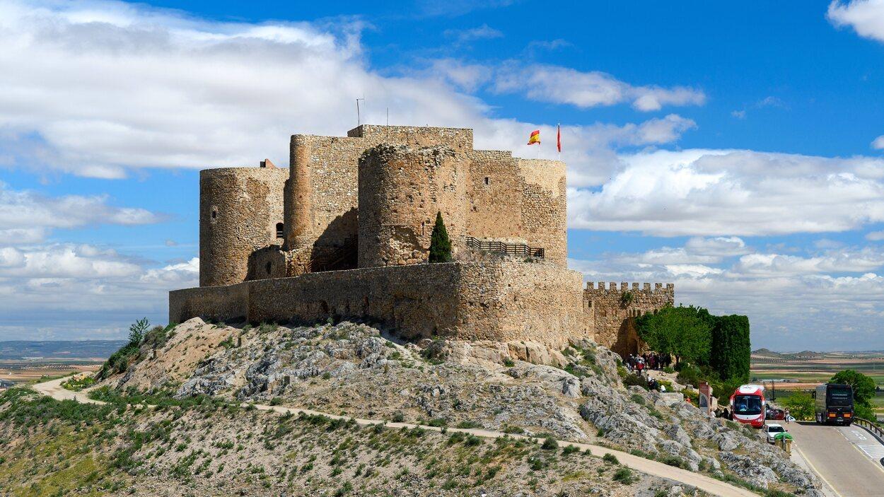 Imagen de lejos del Castillo de la Muela, en Consuegra