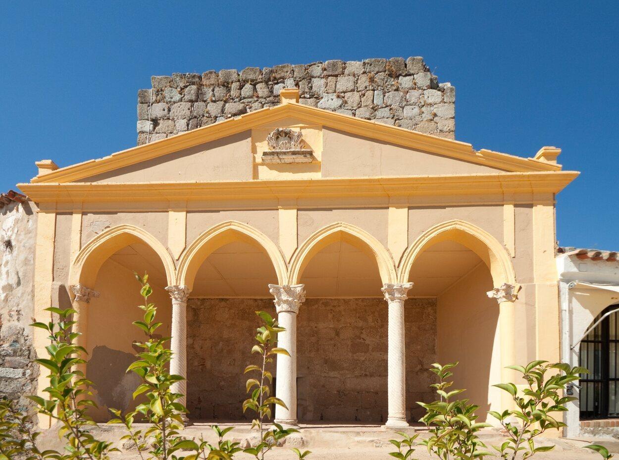 La alcazaba árabe está lejos de las ruinas romanas