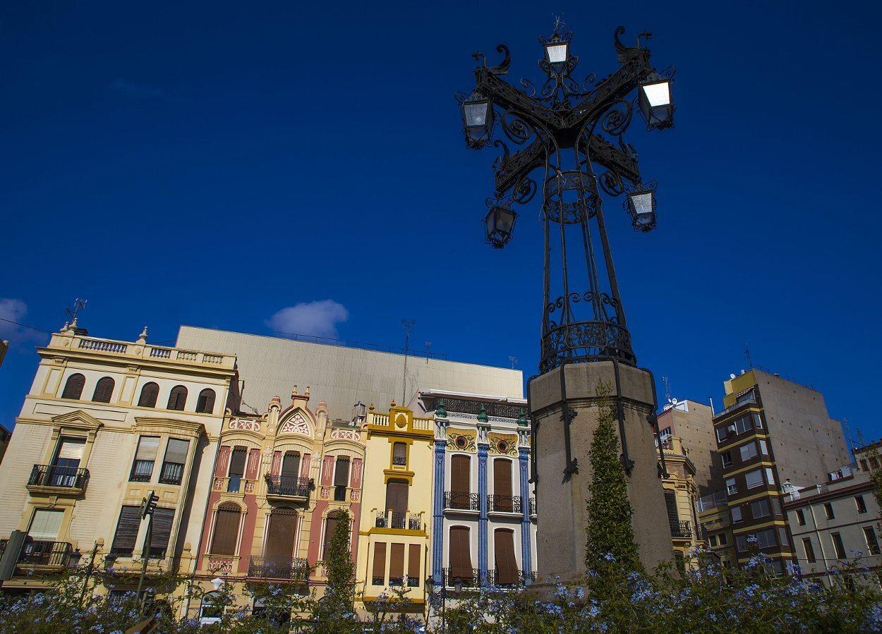 Plaza de la Independencia con sus edificios modernistas y su famosa farola