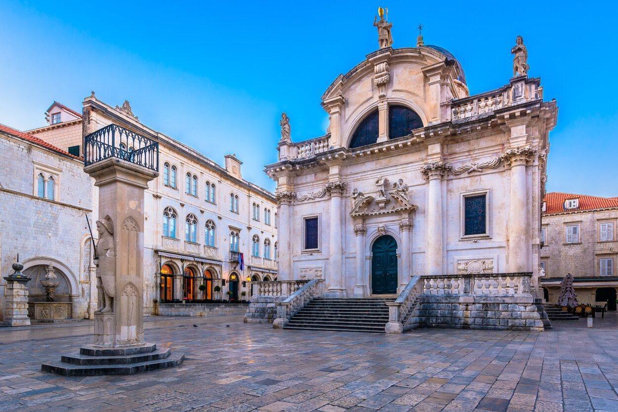 La iglesia de San Blas en la plaza Luza