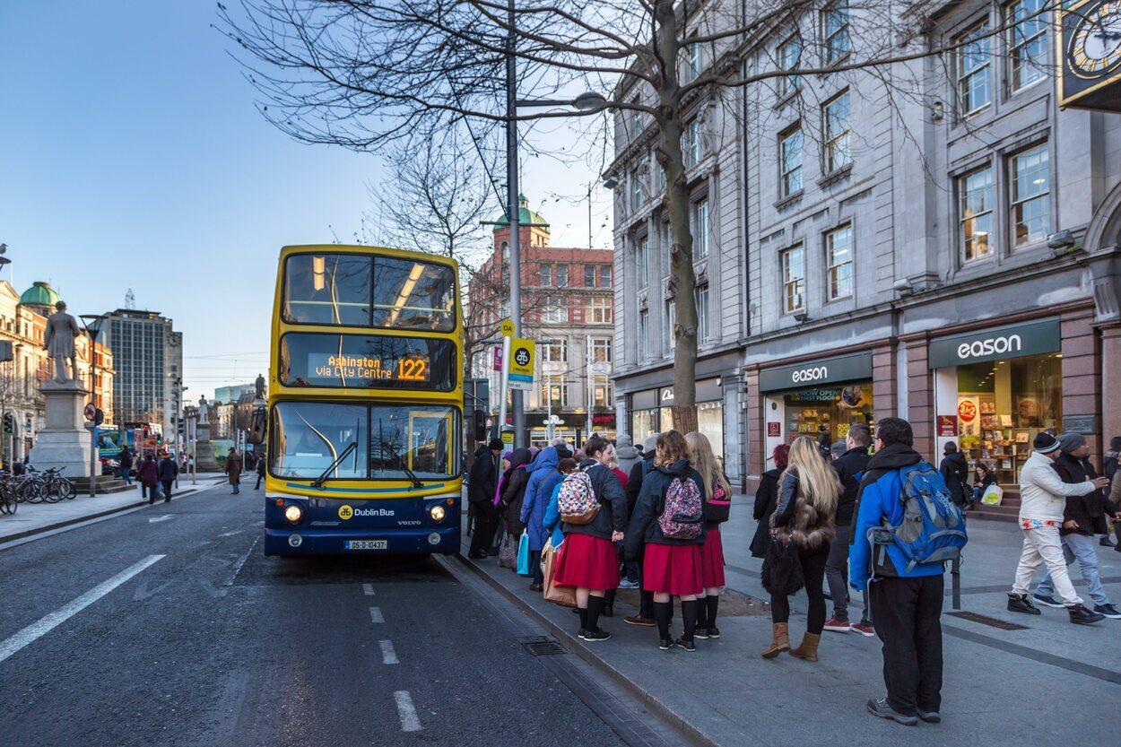 Las líneas 16, 41 y 102 de los autobuses urbanos pasan por el aeropuerto