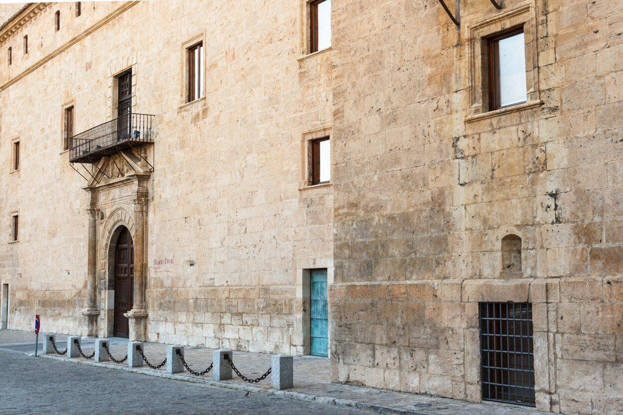 Vista detallada de la fachada del Palacio Ducal de Pastrana