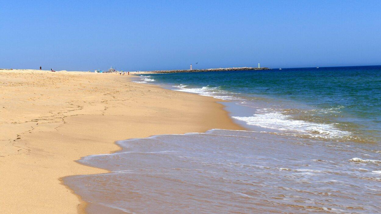 Es una playa de arena limpia en la que solo hay un pequeño bar