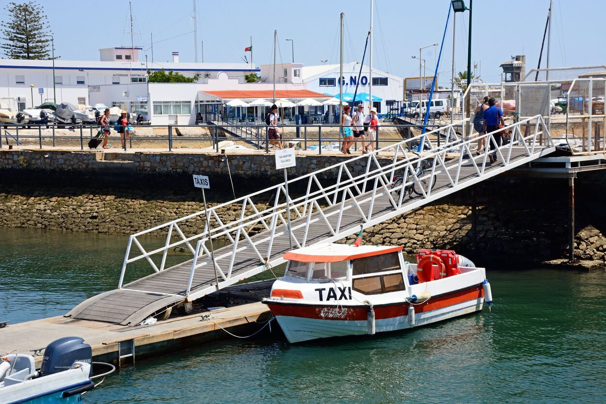 También se puede ir en un taxi barco desde Faro
