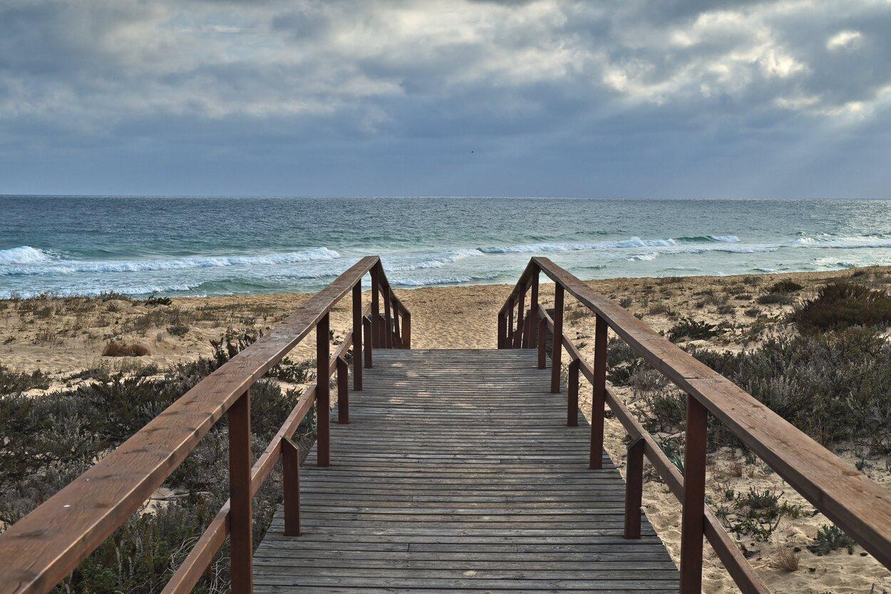 Nada más llegar te encontrarás una pasarela que te conducirá a la playa