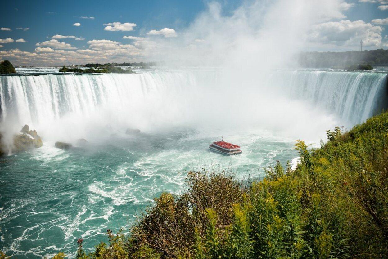 El Hornblower Niagara Cruises es un barco que pasará muy cerca de las Cataratas