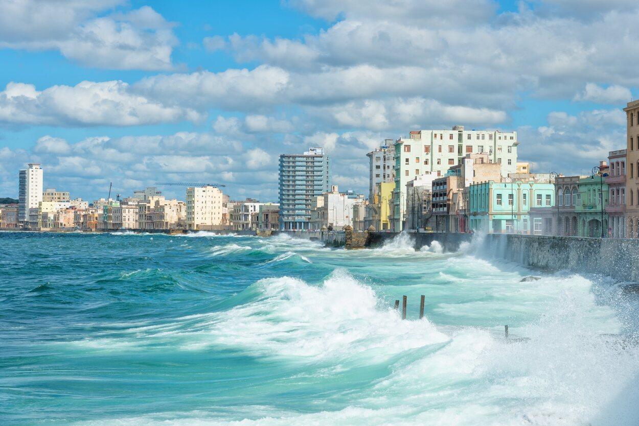 El Malecón, famoso paseo marítimo en Cuba