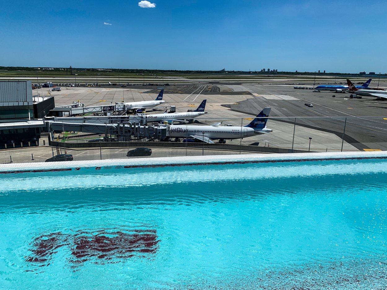 La piscina del Hotel TWA, con vistas a la pista del JFK
