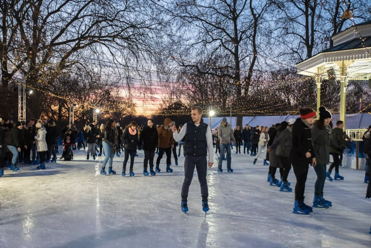 Disfrutar de patinar en medio de Hyde Park es una experiencia inolvidable