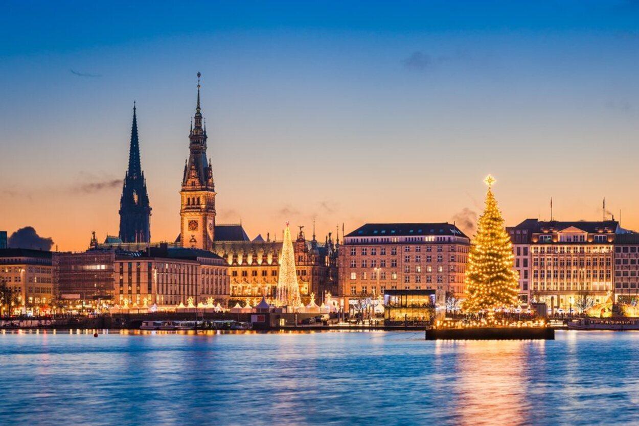En medio del lago Alster en Hamburgo se encuentra un bonito árbol de Navidad