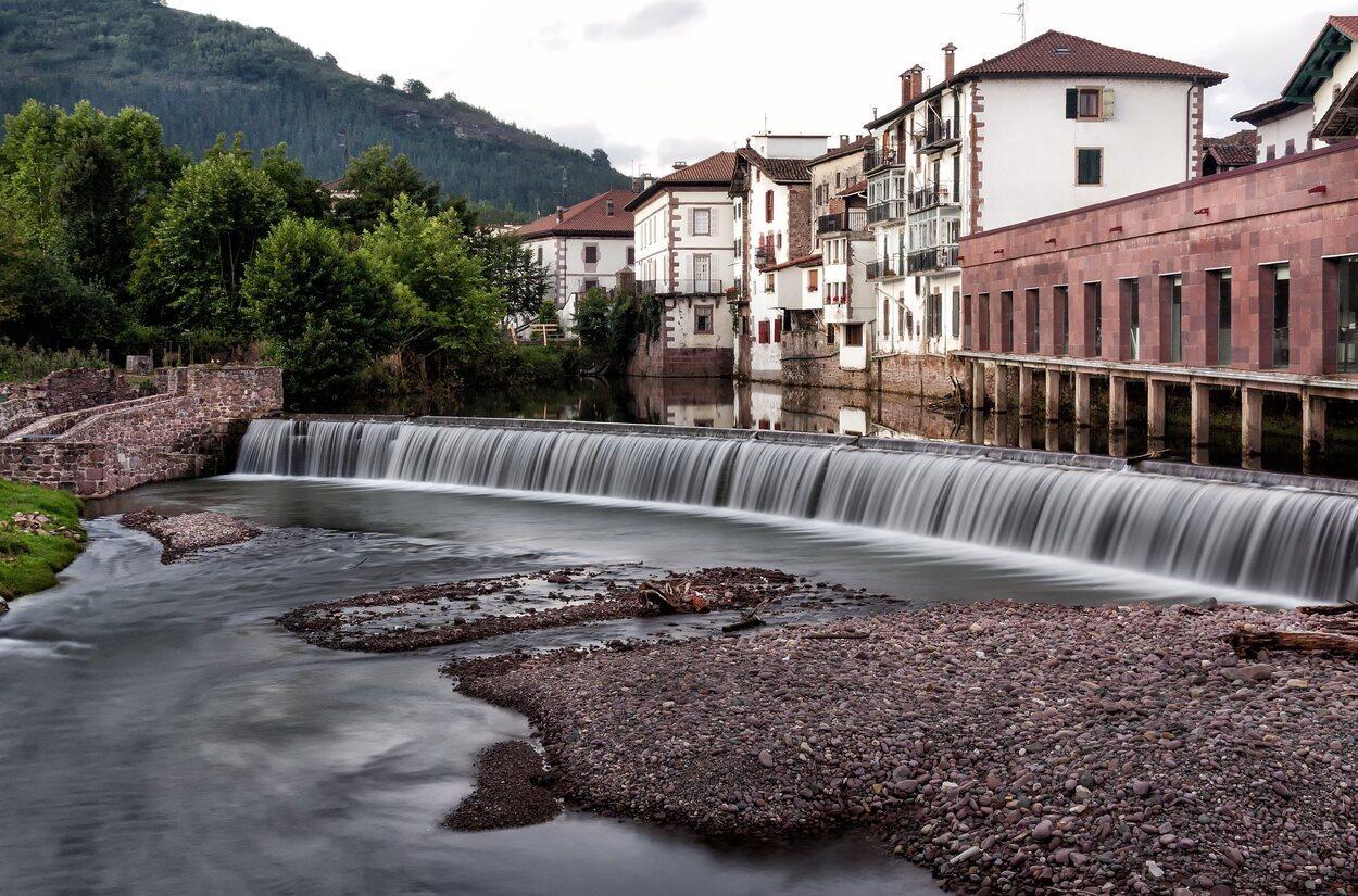 La famosa presa Txocoto pasando por el pueblo