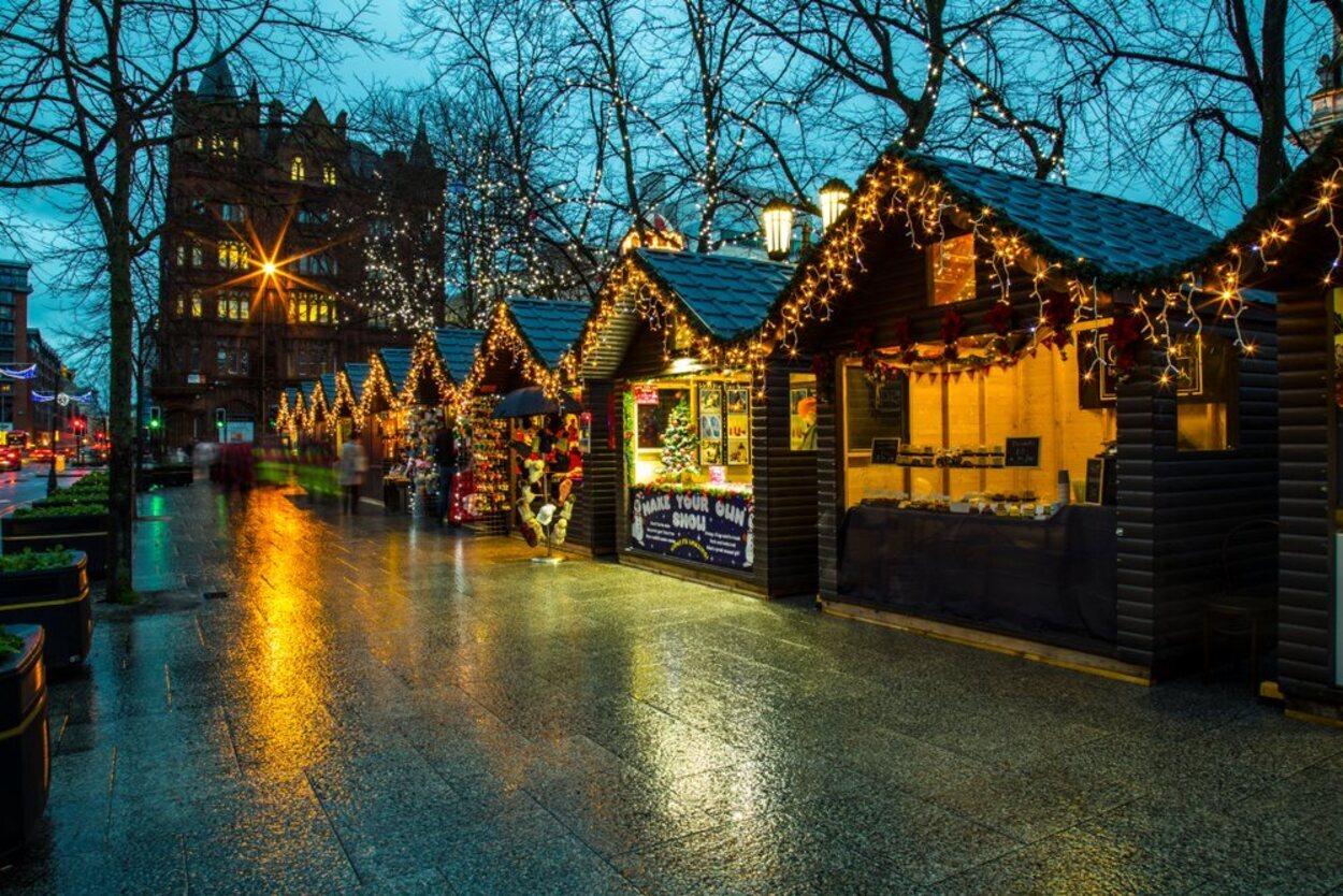 Los mercadillos navideños, como este en Belfast, son una de las tradiciones más bonitas