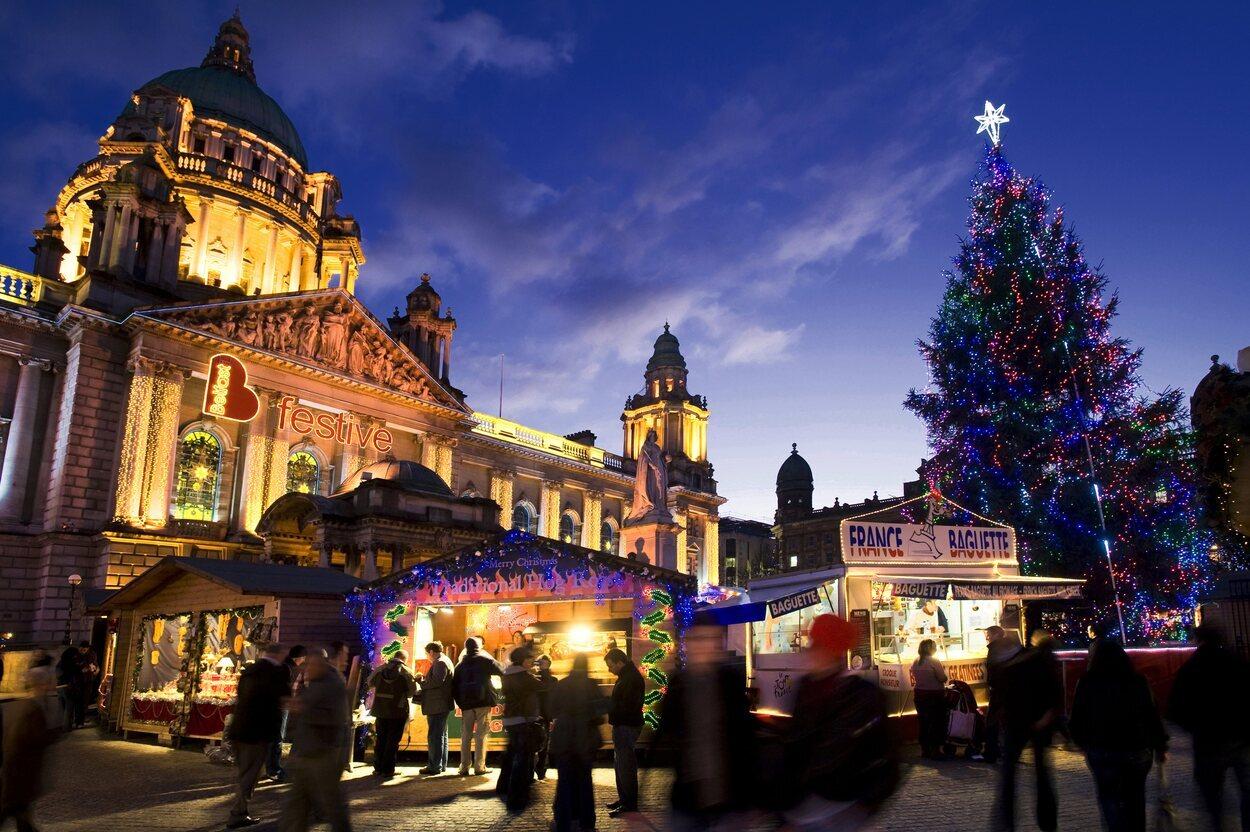 El Ayuntamiento de Belfast se convierte en un pueblo continental muy animado | Foto: Turismo Irlanda