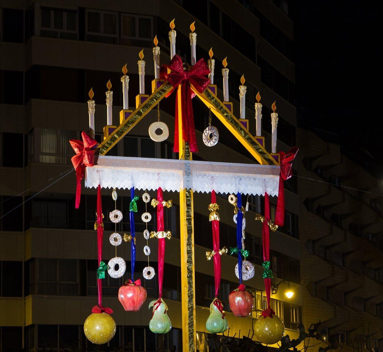 El tradicional Ramo Leónes se coloca en la Plaza de la Cortes Leonesas