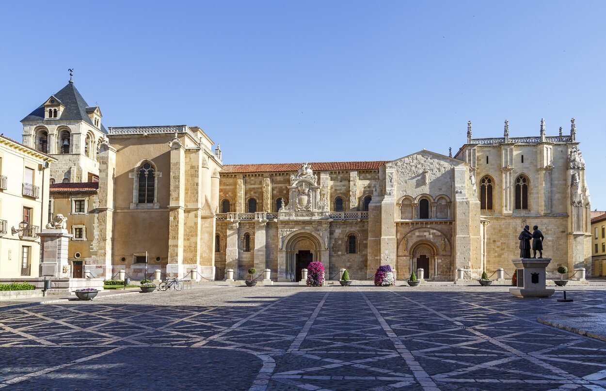 La Real Colegiata Basílica de San Isidoro alberga en su interior el Panteón de los Reyes de León