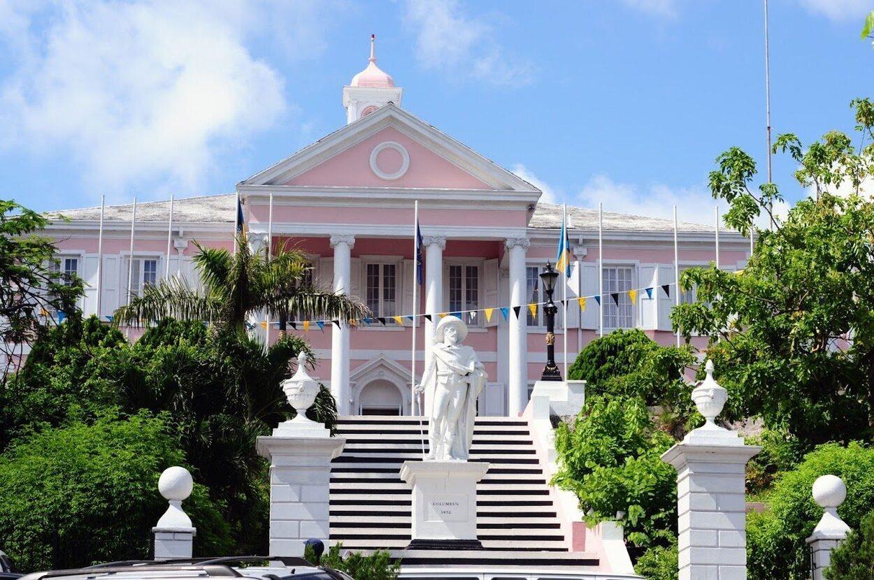 El Goverment House llama la atención por sus colores blancos y rosas