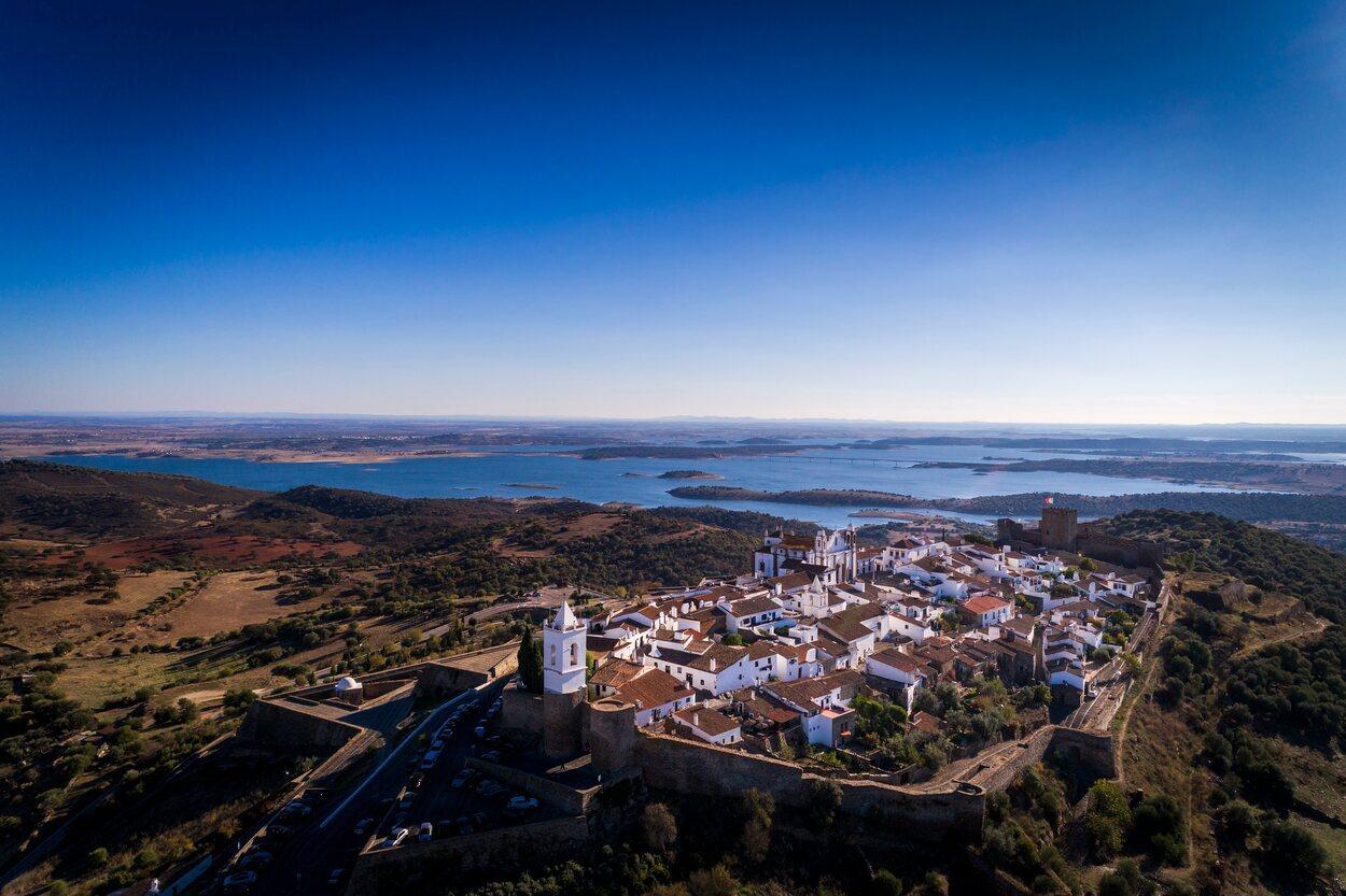 Vista de Monsaraz y el Gran Lago en Alqueva