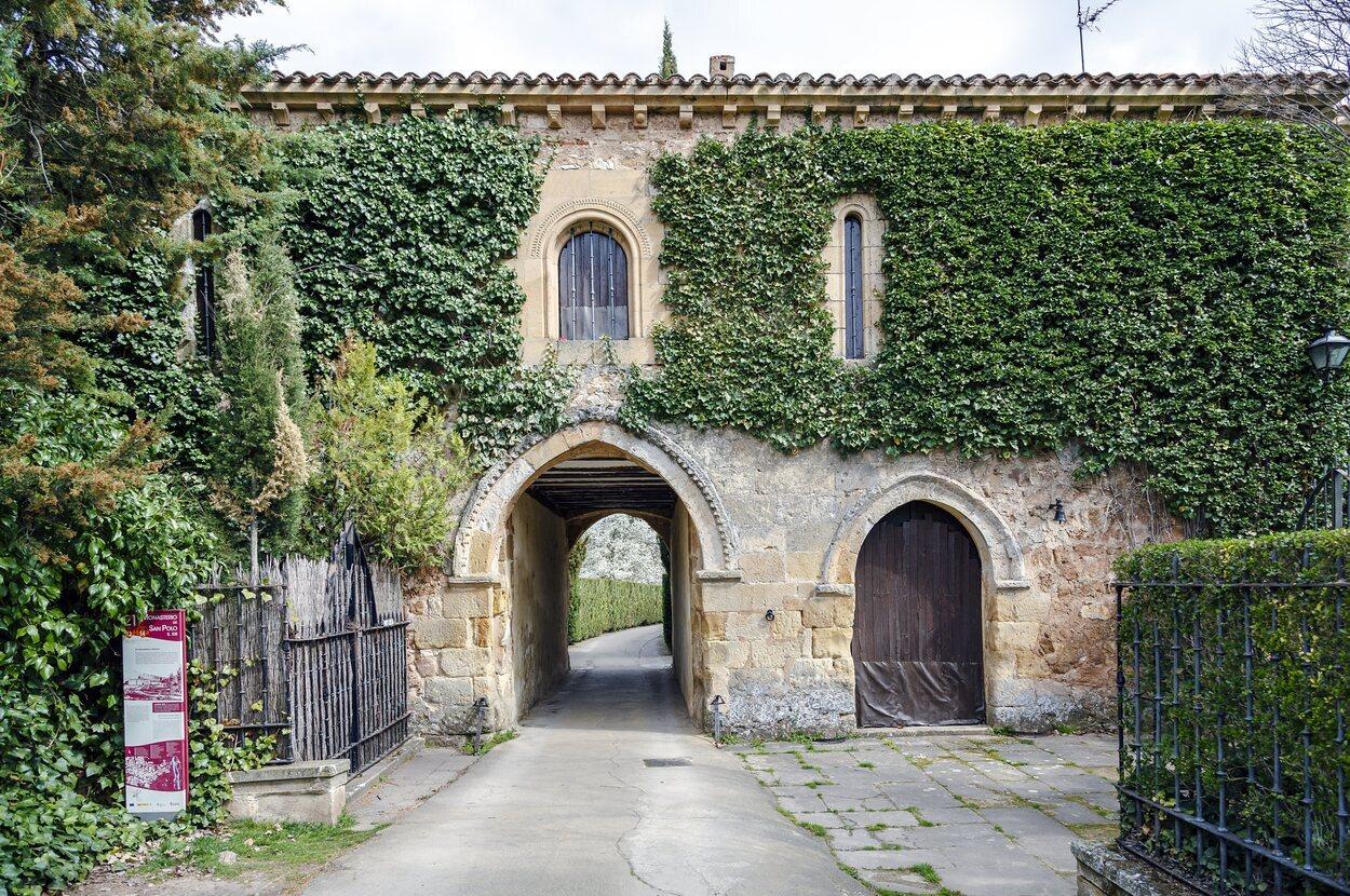 Tiene un estilo románico y gótico