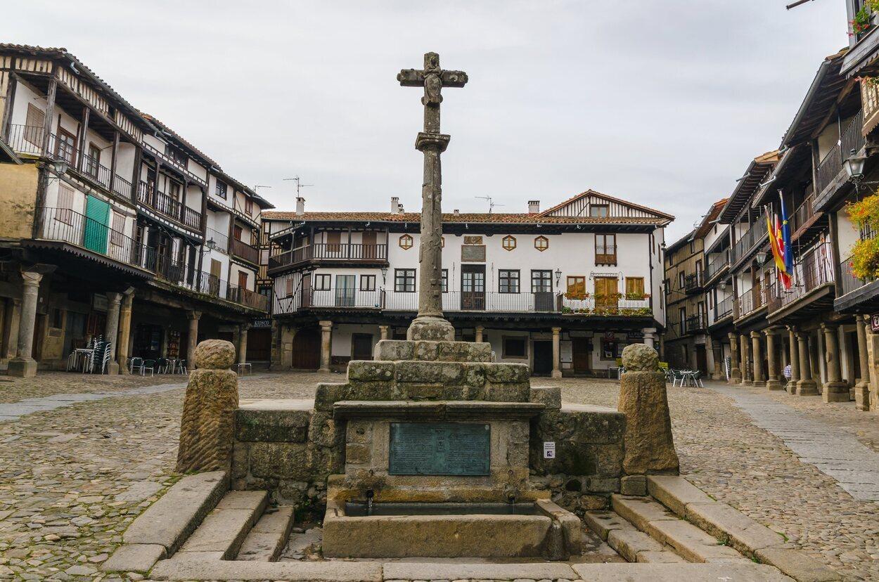 Vista del crucero y la fuente de la plaza de La Alberca
